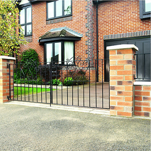 Wickes chelsea bow top black metal driveway gate 900mm for Ready made driveway gates