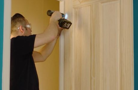 How to hang an interior door